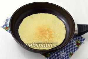 Коржи можно выпекать в духовке при 180°С, приблизительно 5 минут или готовить на сухой сковороде под крышкой (огонь минимальный), по 3-4 минуты с каждой стороны.