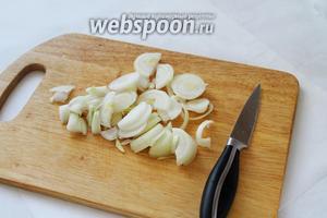 Полукольцами нарезать 2 луковицы.