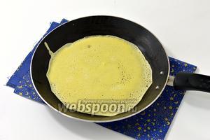 Жарить тонкие блины на несмазанной горячей блинной сковороде.