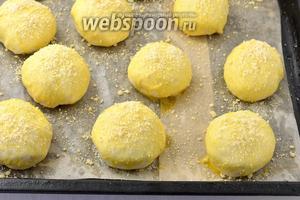 Сформируйте булочки и выложите их на противне с пергаментной бумагой, оставляя достаточное количество места, так как они сильно подрастут. Оставьте булочки в тёплом месте на 20 минут. Затем можно смазать булочки 1 разболтанным яйцом и по желанию посыпать штерйзелем (50 г).