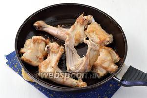 Но горячей сковороде с растительным маслом быстро, по очереди обжарить все куски козлёнка с 2 сторон до золотистого цвета.