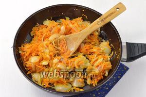 Морковь и лук очистить. Морковь натереть на крупной тёрке, а лук нарезать кубиком. Обжарить овощи на растительном масле.