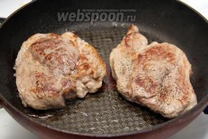 Мясо обжарить на небольшом количестве подсолнечного масла, на большом огне до образования румяной корочки.