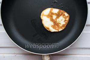 Жарить, смазав сковородку 1 ст. л. масла, единожды, до золотистого цвета панкейка.