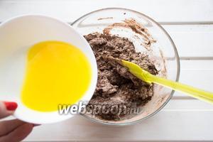 Растапливаем сливочное масло (100 г) и вводим его в тесто, перемешиваем.