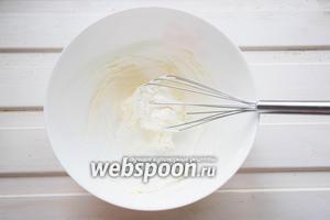 Холодные сливки (100 мл) взбиваем венчиком до устойчивых пиков. Творожный сыр (200 г) смешиваем с пудрой (50 г) и растопленным шоколадом.