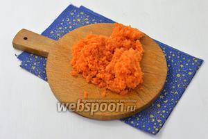 200 г моркови запечь в духовке или отварить до готовности, очистить и натереть на мелкой тёрке.