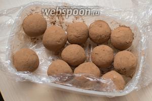 Обваляйте их в какао (100 г). Храните в холодильнике. Очень вкусно! Приятного аппетита!