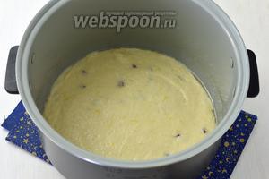 Выложить тесто в смазанную подсолнечным маслом (75 мл) и обсыпанную манкой чашу мультиварки (у меня мультиварка Polaris).