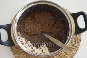 Добавьте 60 г шоколада. Нагревайте почти до кипения, но не кипятите, постоянно помешивая до максимального растворения шоколада.