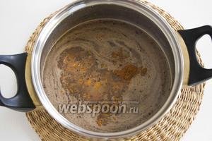 Снимите с огня, добавьте корицу (1 щепотку), апельсиновую цедру (4 г). Перемешайте. Перелейте в чистые стаканчики.
