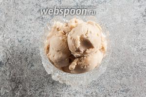 На выходе получаем вот такое мороженое. По цвету можно спутать с кофейным, но по вкусу — типичная кола, даже самую капельку шипучая.