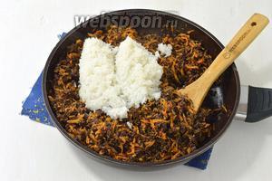 На масле (2 ст. л.) поджарить очищенный и нарезанный кубиками лук (2 луковицы), очищенную и натёртую на крупной тёрке морковь (2 штуки). Добавить варёный рис (5 ст. л.) и подготовленное лёгкое. Приправить по вкусу солью и перцем.