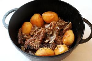 Блюдо готово! Мясо очень мягкое и ароматное, а картофель целый, перемешиваем очень осторожно. Подаём, присыпав подготовленным луком.