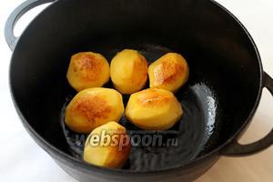 Картофель обжарить на полученном жире со всех сторон до образования румяной корочки.