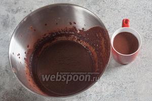 Тщательно взбиваем масло с сахарным песком (150 г), какао (50 г) и молоком (150 мл) до получения чего-то вроде крема. От этого крема отливаем 1 чашку (примерно 200 мл).