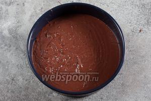 Духовку ставим на разогрев (150°С). Тесто выкладываем в предварительно смазанную маслом разъёмную форму.