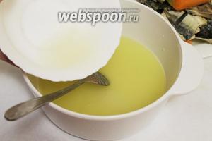 Добавить желатин, довести до кипения и остудить до тёплого состояния.