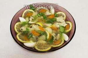 На блюдо порционно выложить рыбу без костей и украшение. Осторожно залить бульоном. Готово!