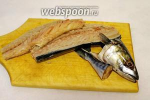 Рыбу (1200 г) очистить, удалить жабры, хорошо промыть. Отрезать голову и хвост, отделить филе.