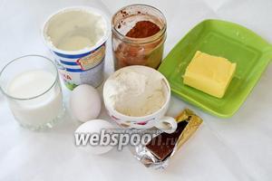 Для приготовления блинов взять молоко, сметану, муку, масло, яйца, какао порошок, шоколад, соль, сахар.