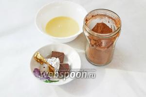 Для соуса приготовим 60 г сгущёнки, 1 ч. л. какао, шоколад.