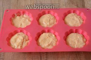 Готовое тесто разложить по формочкам, оставляя сверху место на толщину 1 пальца.