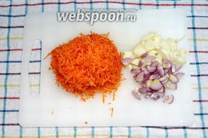 Морковь натереть на тёрке (на крупной или мелкой неважно, как вы любите), лук порезать полукольцами.