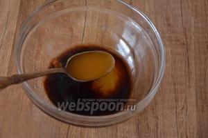 В миске соединить 60 мл соевого соуса, 30 мл мёда, 30 мл сока лимона, перемешать.