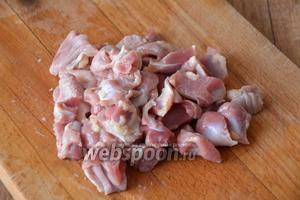 Куриные желудки промыть удалить лишние плёнки, порезать на 4 части каждый.