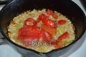 Затем добавляем 1 болгарский перец (можно использовать как замороженный, так и свежий). Солим и перчим по вкусу.