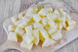 Картофель (6 штук) порезать крупными кубиками.