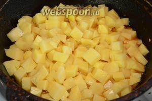 В казан выкладываем картофель, но не перемешиваем!