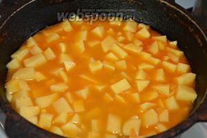 Заливаем водой так, чтобы картофель был покрыт водой примерно 1-2 см.