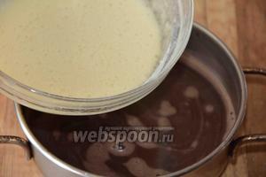 Тонкой струйкой влить пышную яичную смесь к шоколадной массе, постепенно. Быстро перемешать и немного взбить миксером до однородного состояния.