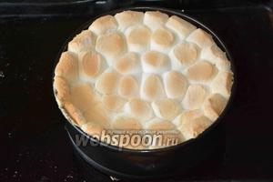 Убираем обратно в духовку на 3-5 минут. Следите, чтобы зефир немного подрумянился, не более. Получаем вот такой красивый рисунок. Когда торт полностью остынет, снимаем разъёмную форму и подаём тортик к столу. Приятного аппетита!
