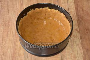 В разъёмную форму (20 см) выкладываем тесто, делая по краям бортики. Утрамбовываем тесто. Отправляем в разогретую до 1800176С духовку на 20 минут, в зависимости от вашей духовки. Корж должен хорошо подрумяниться.