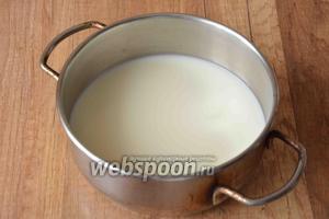 Займёмся начинкой. В кастрюльку налейте 250 мл молока. Подогрейте на среднем огне, постоянно помешивая. Не доводите до кипения! Снимите с огня.