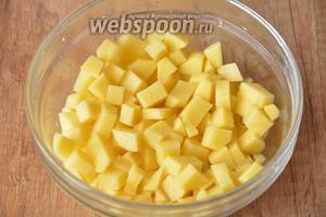 Картофель (6 штук) порезать кубиками.
