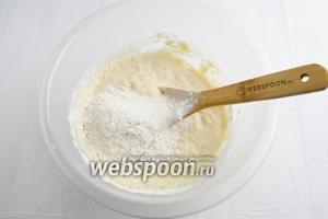 Частями добавлять муку (500 г), замешивая тесто.