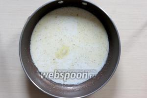 Для соуса соединяем сливочное масло (20 г), молоко (125 мл), соль (5 г), перец (1 г). Часто помешиваем и доводим до кипения.