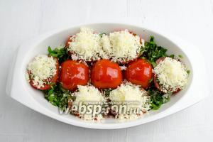 Срез помидоров посыпать тёртым сыром. Полить оставшимся оливковым маслом (100 мл). Поставить в горячую духовку форму с помидорами. Запекать в течение 50 минут при температуре 120°C.