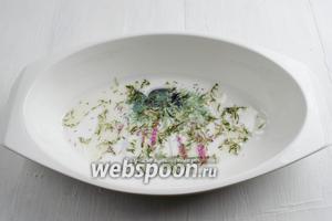 На дно формы налить 1 ст. л. масла и посыпать половину (1 ч. л.) сухих трав тимьяна и розмарина.