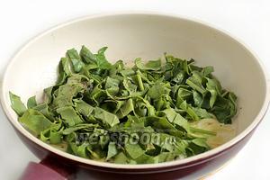 Добавить шпинат и помешивая готовить 1 минуту.