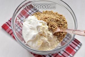 Для третьей начинки, орехи (1 стакан) измельчить в кухонном комбайне до средней крошки. Добавить порошок пудинга (20 г) и взбитые в крепкую пену вместе с сахаром (5 ст. л.) белки (5 штук). Аккуратно перемешать.