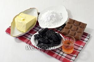 Для работы нам понадобится сливочное масло, сахарная пудра, вяленый чернослив, молочный шоколад с лесным орехом, клубничный ликер.
