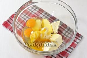 Для теста соединить масло (200 г) комнатной температуры, яйца, мёд и сахар. Взбить до образования однородной массы.