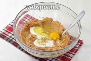 Добавить в картофель (1 кг) сметану (3 ст. л.), 1 яйцо, соль (1,5 ч. л.) и перец (0,3 ч. л.), пропущенный через чесночницу чеснок (3 зубчика). Хорошо перемешать.