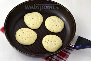 Жарить панкейки на умеренном огне, выкладывая тесто на разогретую сковороду без масла. Как только сверху появятся пузырьки, перевернуть на другую сторону и обжарить совсем недолго.