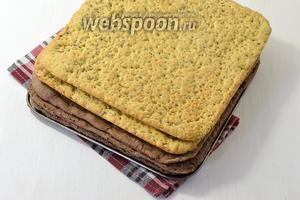 Из орехового теста испечь 2 коржа, а из шоколадного — 3 коржа. Температура выпечки 180°С, время выпечки 15-20 минут. Размер формы 25х25 см.